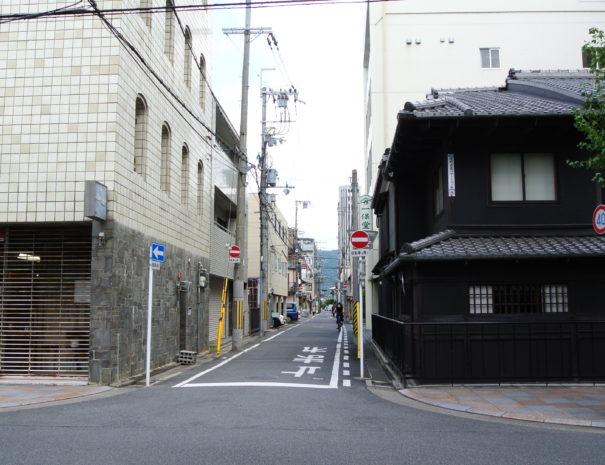 寺町通りから一保堂の角を曲がって次の角を左へ