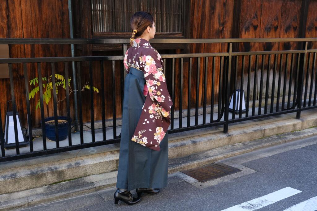 濃緑の無地袴に映える濃茶紫の古典柄の卒業式袴